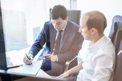 Метод мозгового штурма команды дела и dicussing идеи дела на деловой встрече Стоковые Фото