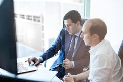 Метод мозгового штурма команды дела и dicussing идеи дела на деловой встрече Стоковая Фотография