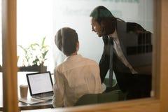 Метод мозгового штурма коммерсантки порции бизнесмена обсуждая электронную почту Стоковые Изображения RF