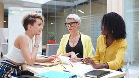 Метод мозговой атаки Стильные работники получают совместно и коллективно обсуждать идеи акции видеоматериалы