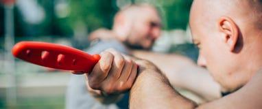 Метод самозащитой разоружая против угрозы и нападения ножа стоковое изображение