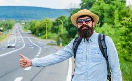 Метод Autostop Большой палец руки автомобиля стопа попытки человека вверх Езда пользы Autostop альтернативная деля применение Пут стоковые изображения