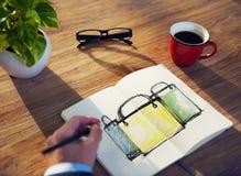 Метод мозгового штурма бизнесмена на перерыве на чашку кофе о покупках Стоковые Изображения