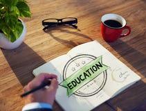 Метод мозгового штурма бизнесмена на перерыве на чашку кофе о образовании Стоковые Изображения RF
