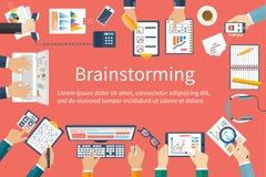 Метод мозгового штурма, дизайн вектора плоский говорить встречи компьтер-книжки стола cmputer бизнесмена дела сь к использованию  бесплатная иллюстрация