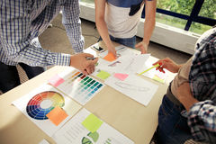 Метод мозгового штурма команды дела Исследовать маркетингового плана Обработка документов на таблице, компьтер-книжке и мобильном Стоковые Фотографии RF