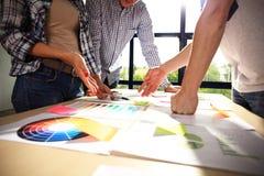 Метод мозгового штурма команды дела Исследовать маркетингового плана Обработка документов на таблице, компьтер-книжке и мобильном Стоковые Фото