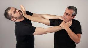 Метод самозащитой уличного боя против владений и самосхватов стоковая фотография rf