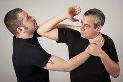 Метод самозащитой уличного боя против владений и самосхватов стоковые изображения