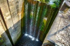 15 метров водопада на покинутом замке реки Стоковые Изображения
