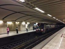 Метро Афин, быстро проходя поезд причаливая, Греция Стоковое Изображение