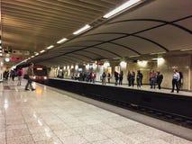 Метро Афин, быстро проходя поезд причаливая, Греция Стоковое Изображение RF