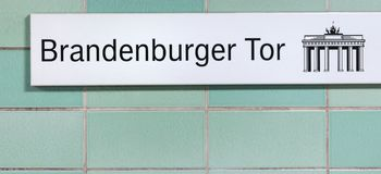 Метро Берлин Германия знака строба Brandeburg стоковые изображения rf
