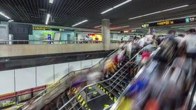 Метро города Шанхая толпилось фарфор промежутка времени панорамы 4k лестницы эскалатора сток-видео