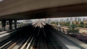 Метро Дубай бежать наряду с городом сток-видео