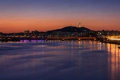 Метро и мост Сеула на Hanriver в Сеуле, Южной Корее Стоковая Фотография