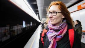 Метро красивой молодой женщины ждать на подполье Стоковая Фотография
