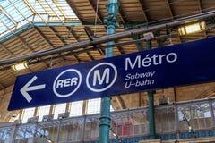 Метро Парижа и направление RER знак Стоковое Изображение