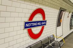 Метро строба Notting Hill подписывает внутри Лондон Стоковые Изображения