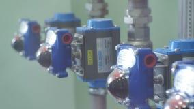 Метры близкого взгляда со стороны голубые современные надежные точные на трубах видеоматериал