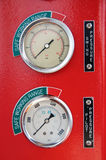 Метры или датчик в кабине крана для нагрузки измерения максимальной, числа оборотов двигателя, гидравлического давления, температ стоковое изображение
