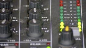 Метры цифров VU в таблице смесителя видеоматериал