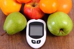 Метр глюкозы для проверять сахар ровный и свежие зрелые плодоовощи, диабет и здоровое питание стоковые фотографии rf