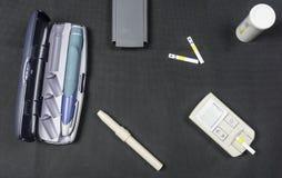 Метр глюкозы и ручка инсулина Аппаратуры для диабетических пациентов стоковое фото