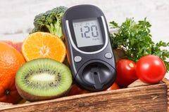 Метр глюкозы и свежие фрукты с овощами Проверка уровня сахара, диабета, здоровых образов жизни и питания стоковые фото