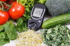 Метр глюкозы с овощами и ростками Проверка уровня сахара и здоровых образов жизни стоковое изображение
