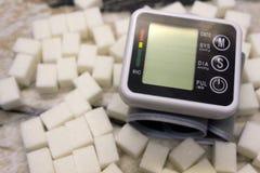 Метр глюкозы с результатом уровня сахара, монитора кровяного давления и свежих фруктов с овощами, здорового образа жизни, диабета стоковые фото