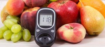 Метр глюкозы с уровнем сахара результата и плоды содержа витамины для здоровых образов жизни диабетиков стоковые изображения