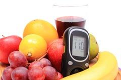 Метр глюкозы, свежие естественные плодоовощи и стекло сока Стоковые Фотографии RF