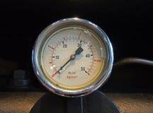 Метр давления круглого металла промышленный установил на трубе против черной предпосылки стоковое фото rf