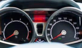 Метр скорости датчик который измеряет и дисплеи, дисплей приборной панели автомобиля Стоковые Изображения RF