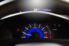 Метр скорости датчик который измеряет и дисплеи, дисплей приборной панели автомобиля иллюстрация штока