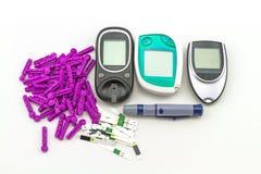 Метр содержания глюкозы в крови, значение уровня сахара в крови измерен на пакете пальца в черном случае на белой предпосылке стоковые фото