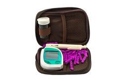 Метр содержания глюкозы в крови, значение уровня сахара в крови измерен на fing стоковые изображения