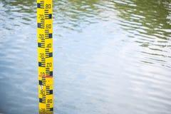 Метр уровня воды расположенный в воде запруды Концепции для природных ресурсов стоковые изображения rf