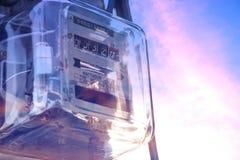 Метр электричества для дома с предпосылкой неба стоковая фотография rf