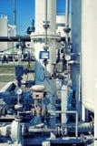 Метр psi манометра в трубе и клапанах стоковое изображение