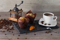 Механизм настройки радиопеленгатора, 2 булочки и чашка кофе ароматности на черной каменной разделочной доске Стоковые Фото
