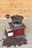 Механизм настройки радиопеленгатора вполне зажаренных в духовке кофейных зерен - деревянной предпосылки Стоковая Фотография