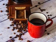 Механизм настройки радиопеленгатора, красная чашка с кофе внутрь стоковые изображения rf