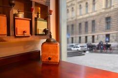 Механизм настройки радиопеленгатора на таблице в кафе около окна стоковое изображение rf