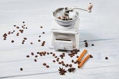 Механизм настройки радиопеленгатора с кофейными зернами и ручками специй и циннамона специй, анисовкой звезды стоковые изображения