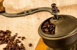 Механизм настройки радиопеленгатора с свежими зажаренными в духовке кофейными зернами Стоковые Фотографии RF