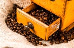 Механизм настройки радиопеленгатора с свежими зажаренными в духовке кофейными зернами Стоковое фото RF