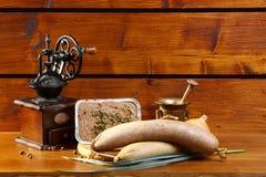 Механизм настройки радиопеленгатора и liverwurst на деревянной предпосылке Стоковые Фотографии RF