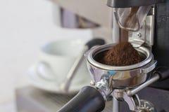 Механизм настройки радиопеленгатора меля свеже зажаренные в духовке кофейные зерна в coff Стоковые Фотографии RF